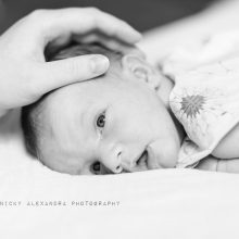B&W image of a new born baby. New born Photoshoot in Cologne / Köln by Nicky Alexandra Photography